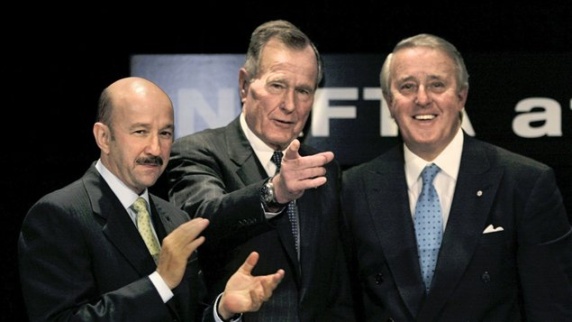 الموقعون على الاتفاق من اليمين إلى اليسار: براين مالروني، جورج بوش وكارلوس ساليناس