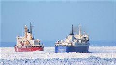 Le traversier N.M. Camille-Marcoux reçoit l'aide du brise-glace Des Groseilliers, au large de Matane.