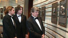Phil Everley avec ses deux fils en 2001 lorsque le duo a été intronisé au Temple de la renommée de la musique country. Il était déjà membre du ?Temple de la renommée du rock and roll.