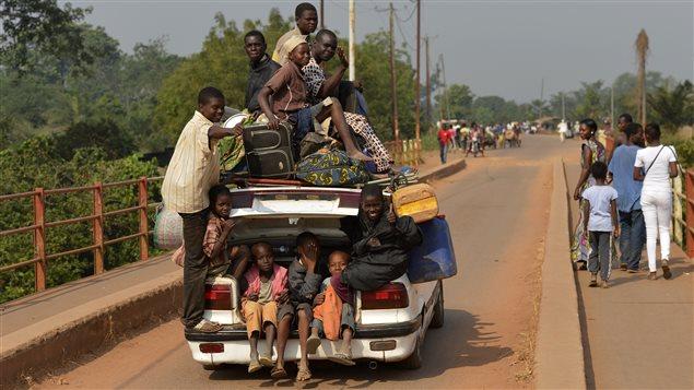 Une famille fuit la capitale centrafricaine