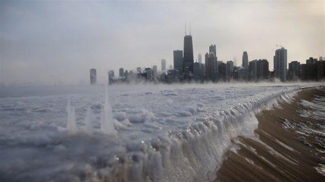 A Chicago, les bords du lac Michigan sont gelés. Les températures étaient tellement froides à Chicago que des milliers de vols ont dû être retardés ou annulés. À la grandeur des États-Unis et aux aéroports canadiens de Montréal et Toronto autour 3,530 vols ont été retardés et plus de 2,500 ont dû être annulés.