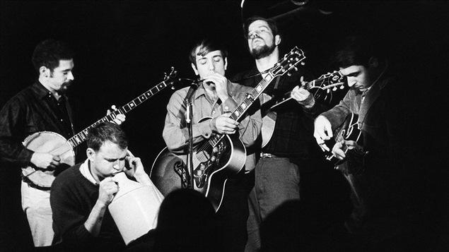 Le chanteur folk Dave Von Ronk (deuxième à partir de la droite) sur scène avec son orchestre, en 1963.