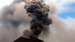 Le panache de fumée d'un volcan