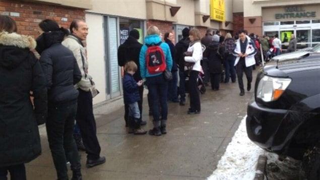 File d'attente pour obtenir le vaccin contre la grippe saisonnière à une clinique d'un centre commercial de Calgary en Alberta jeudi.
