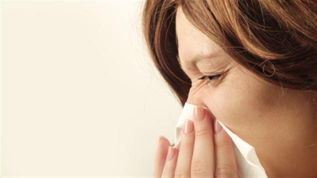 Femme atteinte de la grippe