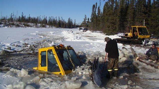 Un tracteur spécialisé dans le déneigement des routes de glace s'est retrouvé en travers de la chaussée dans le nord de l'Ontario, au mois de janvier 2013. Les deux hommes qui étaient à bord s'en sont tirés de justesse en janvier 2013.