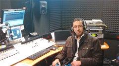 Khalid Ouaaziz en studio à Saskatoon pour un segment du DJ du monde