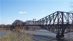 Une nouvelle offensive est tentée par le NPD pour obliger le Canadien National à repeindre le Pont de Québec.