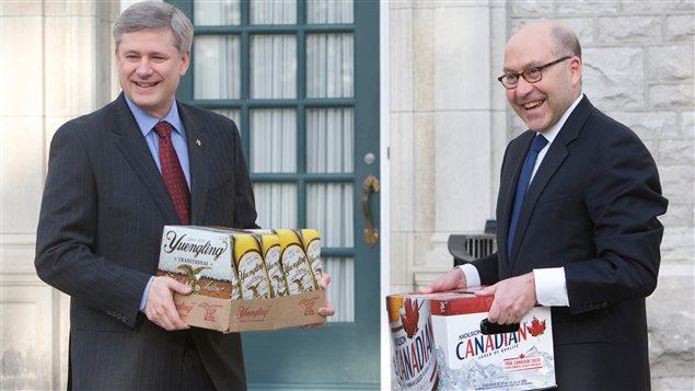 L'ambassadeur américain au Canada, David Jacobson, offre de la bière au premier ministre canadien Stephen Harper. Le président américain Barack Obama avait perdu un pari après la victoire canadienne en hockey olympique contre les États-Unis.