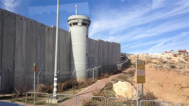 """قسم من الجدار الأمني الذي بنته إسرائيل داخل الضفة الغربية المحتلة والذي يسميه الفلسطينيون """"جدار الفصل العنصري""""."""
