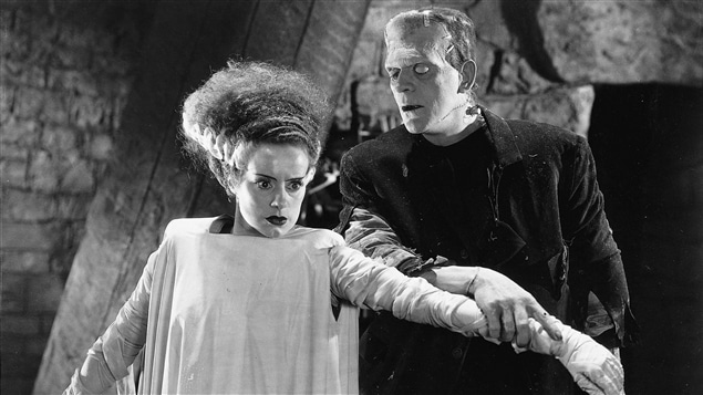 Boris Karloff et Elsa Lanchester dans le film de 1935, <i>The bride of Frankenstein</i>.