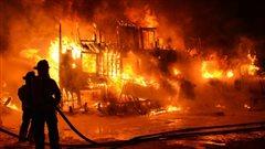 Les flammes ont littéralement dévoré le bâtiment.