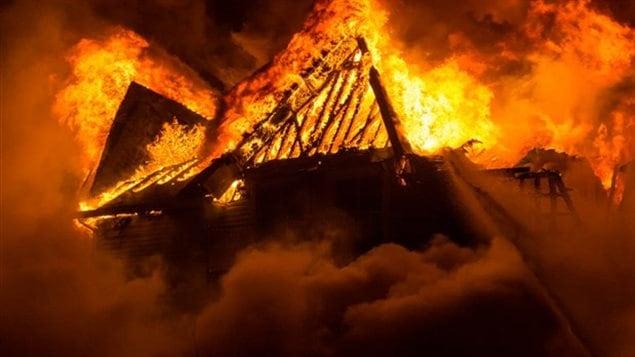 Le toit de la résidence en flammes.