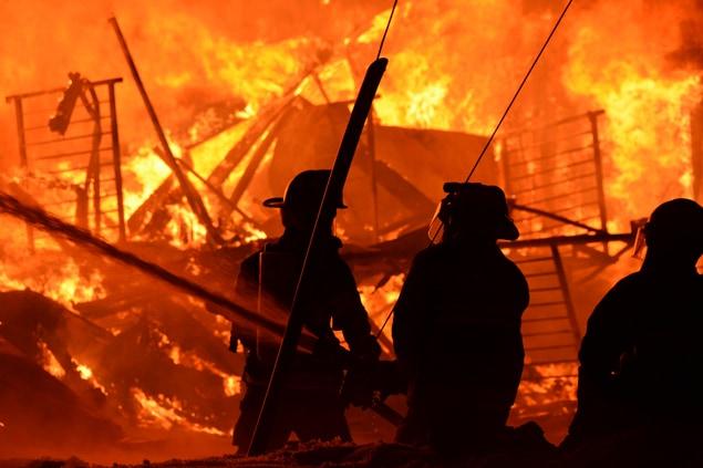 Le travail des pompiers a été compliqué par des vents de 60 à 70 km/h et des températures de - 20 degrés.