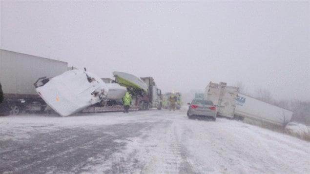Plusieurs camions impliqués dans un accident spectaculaire de camions près de Cobourg en Ontario la semaine dernière.