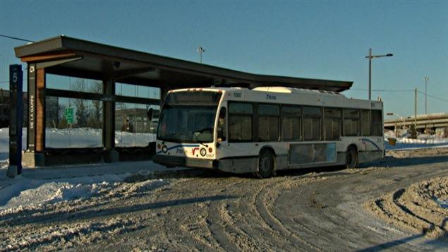 Un autobus de la STO à la station de la Gappe, dans le secteur de Gatineau, en hiver.