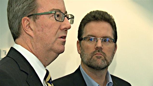 Le maire d'Ottawa, Jim Watson (à g.) et son homologue de Gatineau, Maxime Pedneaud-Jobin.
