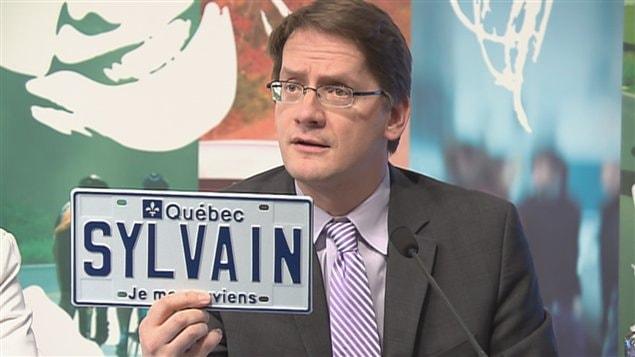 Le ministre Sylvain Gaudreault a présenté une plaque d'immatriculation à son nom.