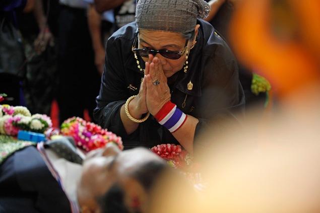 Des centaines de personnes ont rendu un dernier hommage à Suthin Tharathin, l'un des chefs de file de la mouvance antigouvernementale, abattu alors qu'il perturbait le vote par anticipation dimanche dernier.