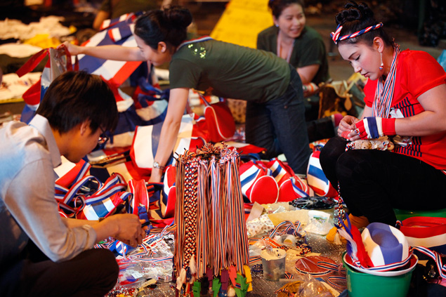 Une véritable industrie des T-shirts, des sifflets et des chapeaux aux couleurs de la Thaïlande s'est développée aux quatre coins de la ville.