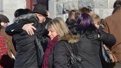 Des gens à l'extérieur de l'église de L'Isle-Verte, samedi.