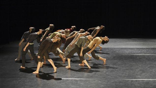 Un groupe de danseurs contemporains sur scène