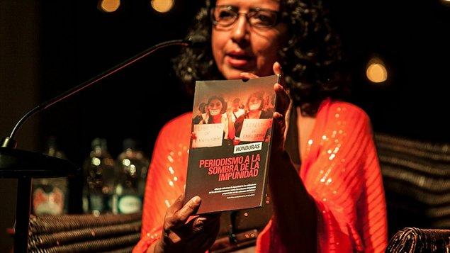 Dina Meza, presentando el informe Honduras: Periodismo a la sombra de la impunidad en Hay Festival de Cartagena, Colombia.
