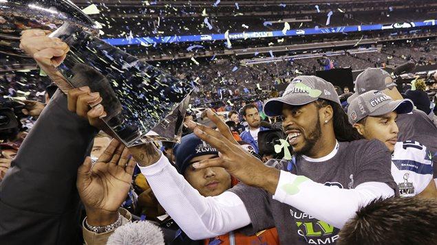 Sidney Rice des Seahawks de Seattle brandit le trophée Lombardi après la victoire de son équipe au Super Bowl