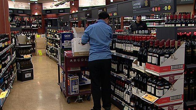 Le projet de loi 88 permet aussi aux producteurs artisanaux d'afficher les cépages et l'appellation d'origine sur les bouteilles qui sont vendues dans les épiceries. Selon la Fédération canadienne de l'entreprise indépendante, 67 % des PME du Québec soutiennent que les détaillants privés devraient pouvoir vendre le même type d'alcool que la SAQ