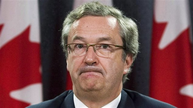 Le directeur général des élections du Canada, Marc Mayrand se verrait retirer plusieurs pouvoirs d'enquête qu'il possède. Les critiques affirment que le gouvernement tente de punir Élections Canada en raison des nombreuses enquêtes que cette agence a menées sur les conservateurs au cours des dernières années.