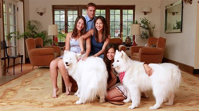 Amy Chua (au centre), son mari Jeb Rubenfeld, leurs deux filles et leurs chiens.