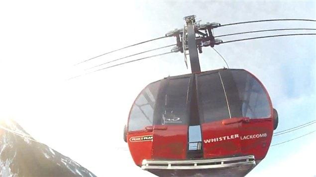 La cabine du téléphérique Peak 2 Peak de Whistler Blackcomb a été endommagée par un cascadeur de fortune qui a fait un saut extrême en parachute.