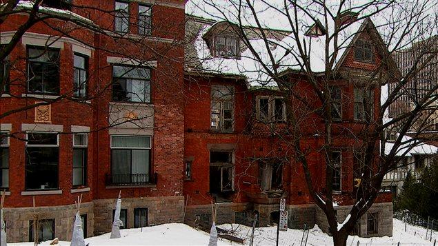 La façade la maison Redpath ne laisse aucun doute sur son abandon.