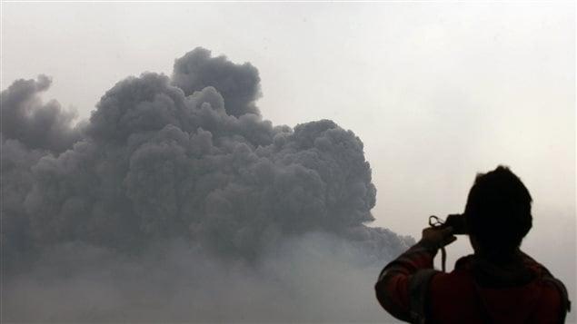 Un habitant de l'île de Java prend en photo l'éruption du mont Kelud.