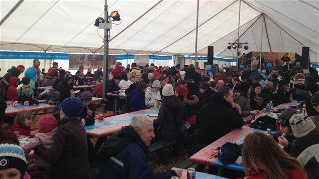 Des dizaines de personnes se régalent à la « cabane à sucre » du Festival du Voyageur dans la province du Manitoba, le samedi 15 février 2014. Au menu: du sirop de 2013, car les érables n'avaient pas encore commencé à couler.