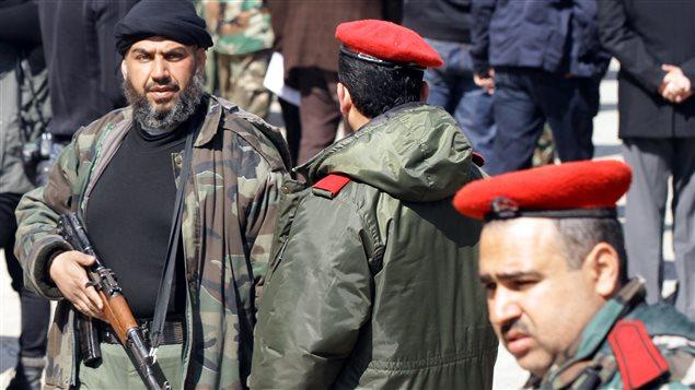 Rebelles et soldats se parlent dans le quartier de Babbila après les accords d'armistice.