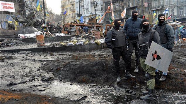 Des manifestants ukrainiens anti-gouvernement ont barricadé la rue Grushevsky, à Kiev.