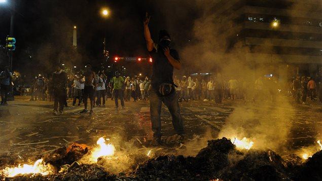 Manifestantes desafiando a la policía en Venezuela.