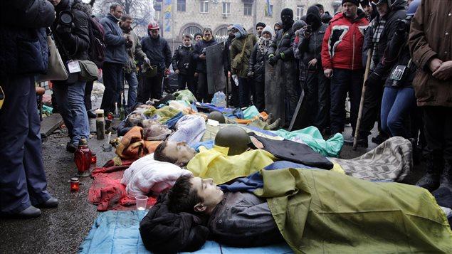 Au moins 25 manifestants anti-gouvernementaux ont été tués le 20 février dans de nouveaux affrontements avec la police anti-émeute au coeur de Kiev.