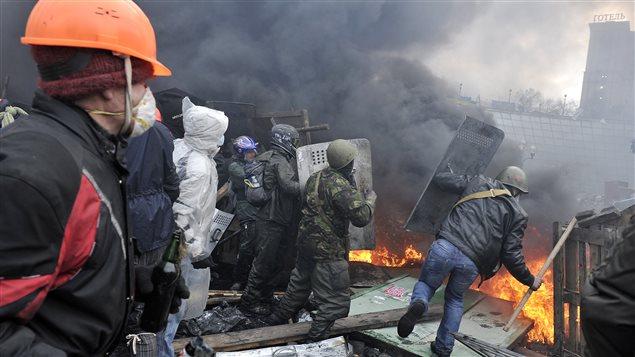 Les affrontements entre la police et les manifestants ont repris à Kiev.