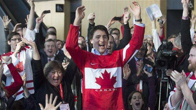 Le chef du Parti libéral du Canada, Justin Trudeau, a regardé le match de hockey opposant le Canada à la Suède, durant le congrès du PLC, à Montréal, le 23 février