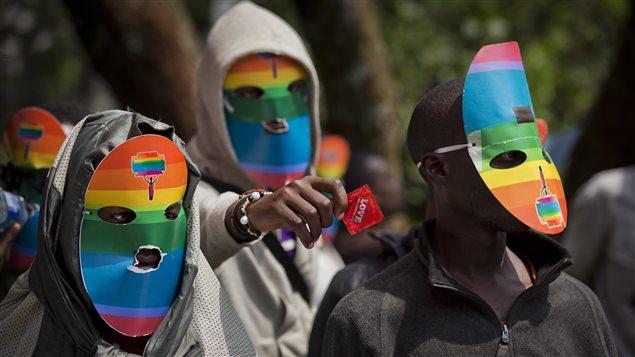 Des homosexuels africains manifestent en portant des masques pour cacher leur identité