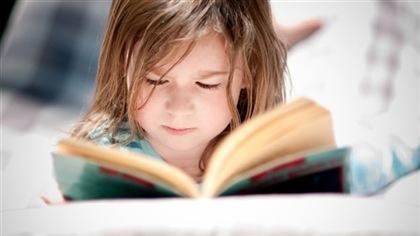 Pas nécessaire de toucher aux livres des écoles, dit Couillard