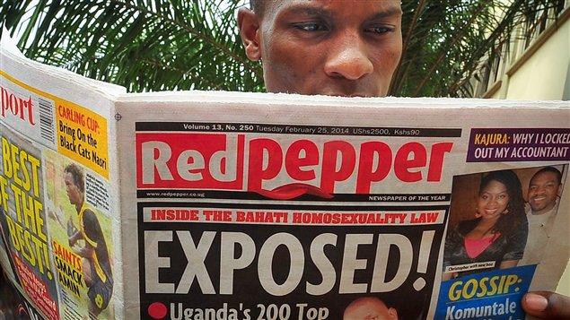 """Un ugandés lee el periódico """"Red Pepper"""" de la ciudad de Kampala. Hoy, martes 25 de febrero del 2014, ese medio impreso publicó una lista de los que llamó """"los 200 principales homosexuales"""" del país. La publicación se da 24 horas después de promulgada una ley anti-gay."""