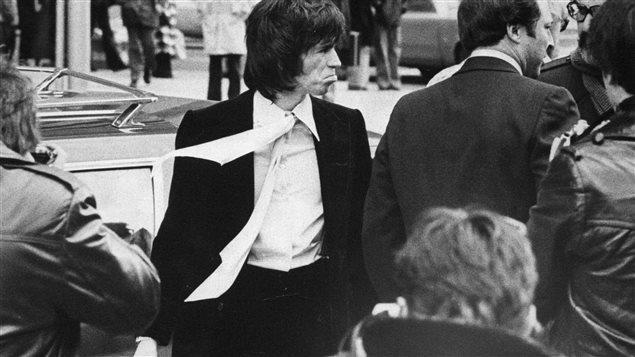 Keith Richards, le guitariste des Rolling Stones, convoqué au tribunal, à Toronto, le 7 mars 1977, pour possession d'héroïne.
