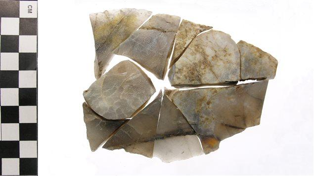 Couteau en pierre fabriquée dans du quartzite de Ramah originaire du Labrador, trouvée lors de fouilles archéologiques au Témiscouata, dans le Bas-Saint-Laurent.