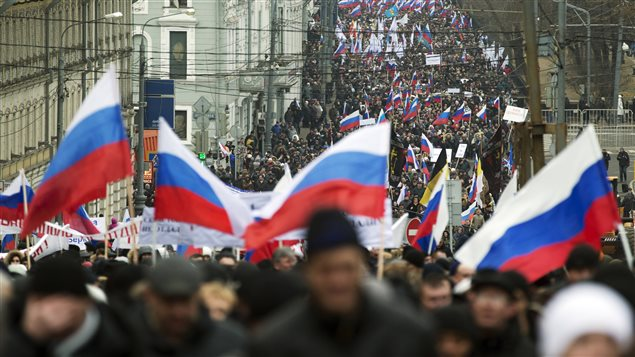 Quelque 10 000 personnes ont manifesté à Moscou dimanche en faveur du déploiement russe en Crimée.