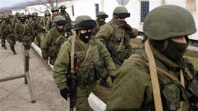 Des centaines d'hommes armées non identifiés entourent la base militaire de Perevalnaya, en Crimée, le 2 mars 2014.