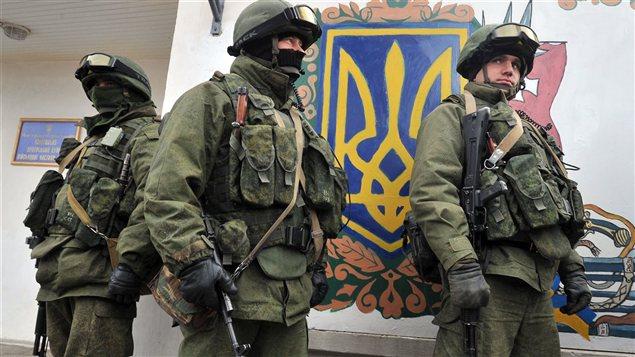 Des hommes armés encerclent une base militaire ukrainienne près de Simferopol, en Crimée.