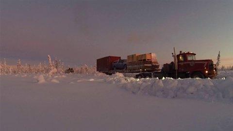 Premier convoi sur la route de glace de Old Crow au Yukon le 4 mars 2014